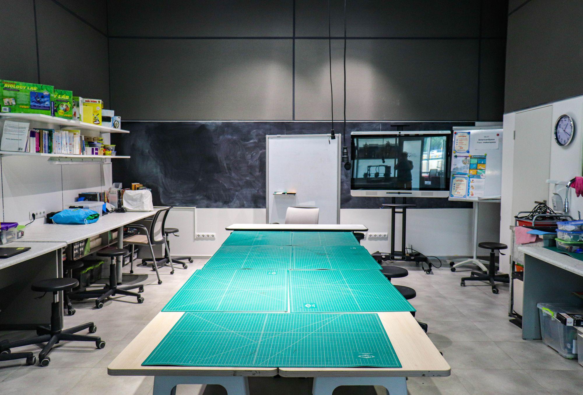 Стол для работы в Makerspace Алматы, 2021 г.